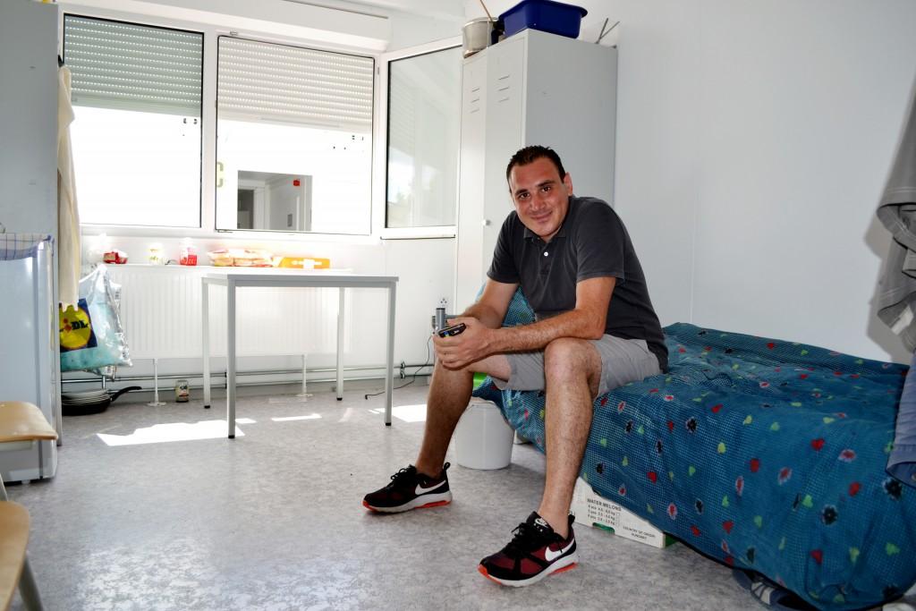 Adel in seinem Zimmer in der Gemeinschaftsunterkunft Bad Schönborn. Die Containersiedlung beherbergt im Moment rund 200 Flüchtlinge. Jeder Bewohner teilt sich ein Zimmer mit mehreren Mitbewohnern. (Foto: Jochen G. Fuchs)
