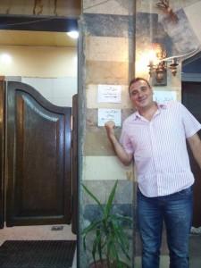 Adel vor einem Restaurant in Damaskus. (Foto: Adel)
